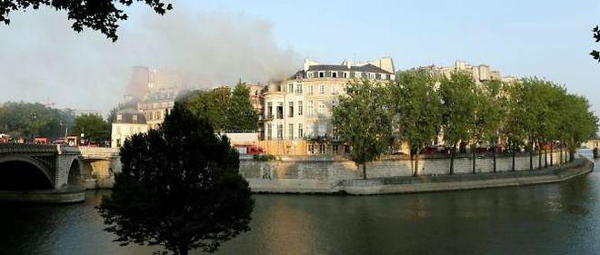 Les pompiers sont venus à bout de l'incendie du bâtiment du XVIIe siècle mercredi 10 juillet à Paris.