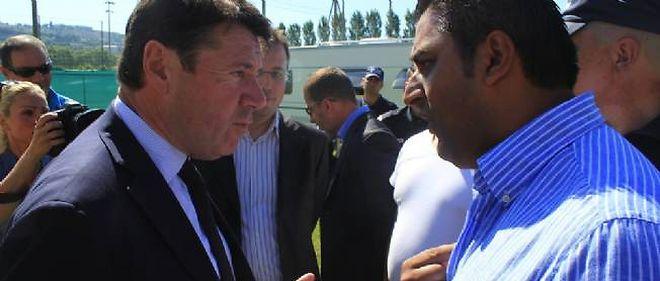 Le maire de Nice Christian Estrosi, face aux gens du voyage qui se sont installés sur le stade de rugby des Arboras, faute de place dans l'aire prévue pour eux par la municipalité.