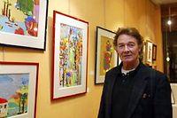 Jacques Charrier devant ses oeuvres en 2003. ©Sichov