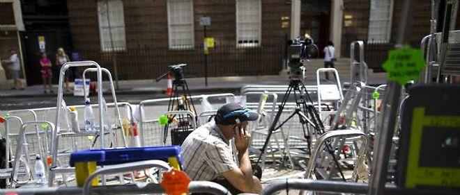 Le matériel des médias est fin prêt devant la clinique où doit accoucher Kate, à Londres.
