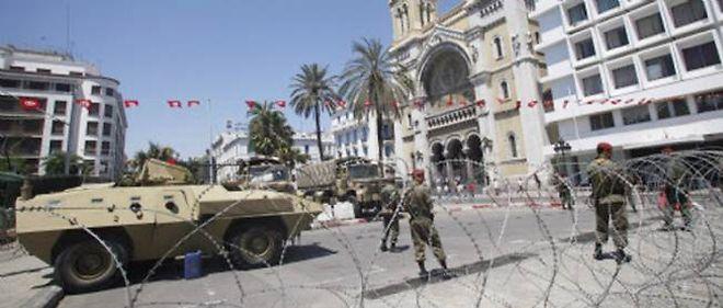 Des soldats tunisiens en poste à Tunis, le long de l'avenue Habib-Bourguiba. La Tunisie est en proie à de nombreuses manifestations après l'assassinat de l'opposant Mohamed Brahmi, jeudi près de Tunis.