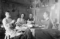 Walter Bonatti et son équipe en 1955 sur le versant italien du Mont Blanc. ©DR.