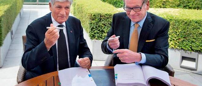 Le patron de Publicis Maurice Lévy et celui d'Omnicom John Wren ont signé la fusion de leurs entreprises à Paris le 28 juillet 2013.