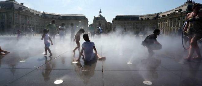 Des enfants se rafraîchissent à Bordeaux (photo d'illustration)