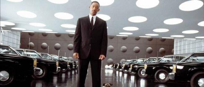 """Le vendeur de voitures n'est pas encore devenu un """"man in black"""", mais la relation clients a totalement changé par rapport à l'époque héroïque. Un service qui, espèrent les constructeurs, devrait faire revenir les acheteurs en concession."""