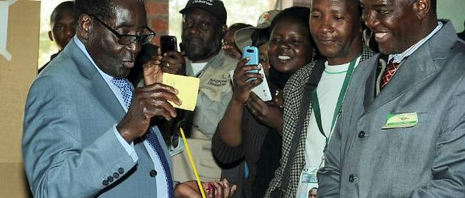 L'inusable Robert Mugabe, 89 ans, au pouvoir sans discontinuer depuis 33 ans, vote le 31 juillet lors de l'élection présidentielle.