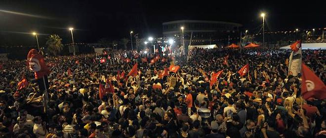 Manifestation des jeunes devant l'Assemblée nationale constituante tunisienne dans la soirée du mercredi 31 juillet.