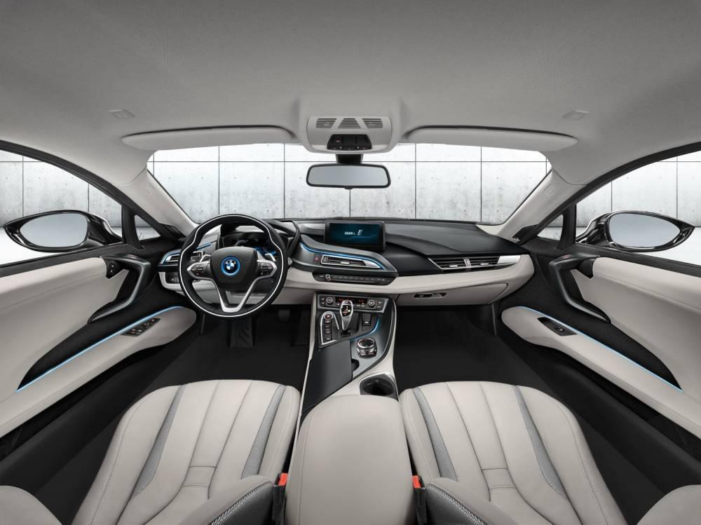 L'habitacle 2+2 de la i8 offre un volume de chargement qui s'avère utile pour compléter les 154 litres du minuscule coffre arrière. ©  BMW