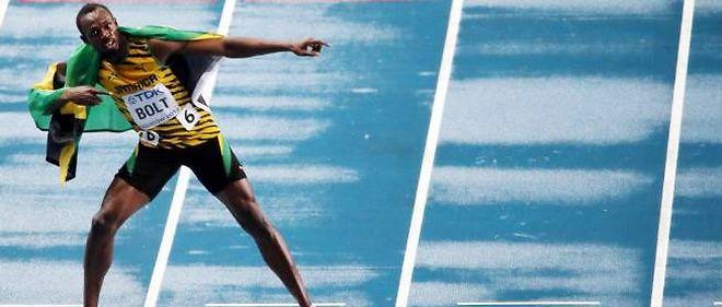 """Bolt """"l'éclair"""" franchit la ligne de la finale du 100 mètres dimanche."""