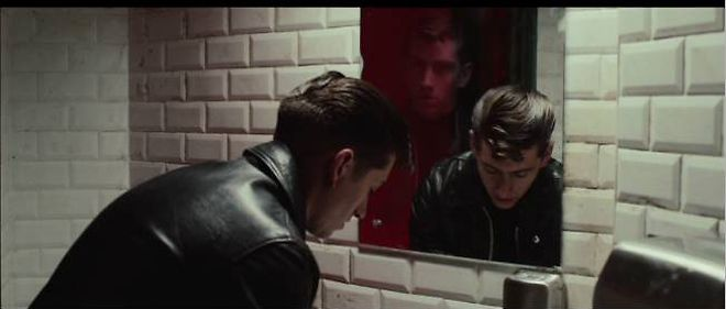 "Alex Turner dans le clip ""Why'd You Only Call Me When You're High?"", extrait du cinquieme album des Arctic Monkeys."