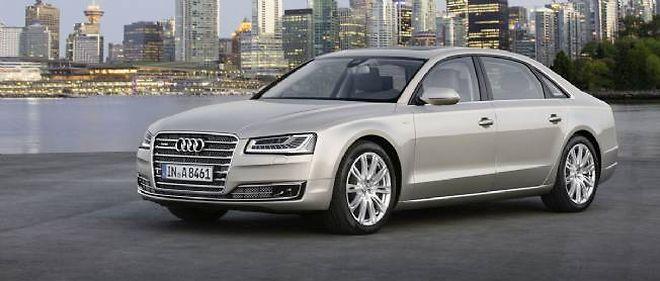 La nouvelle Audi A8 étrenne des projecteurs Matrix led et, dans cette version longue, un W12 à désactivation de cylindres pour réduire sa consommation.
