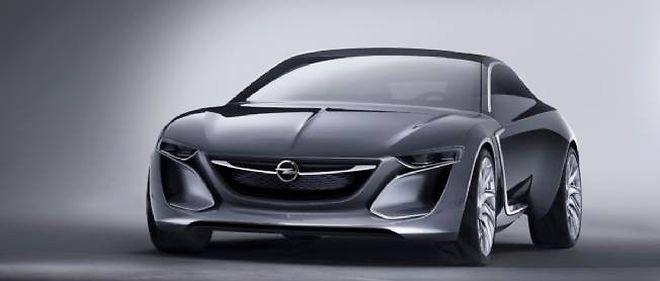 """L'Opel Monza Concept est un coupé 4 places à portes en """"ailes de condor"""" animé par une chaîne de traction hybride rechargeable reprenant le principe de celle de l'Ampera."""
