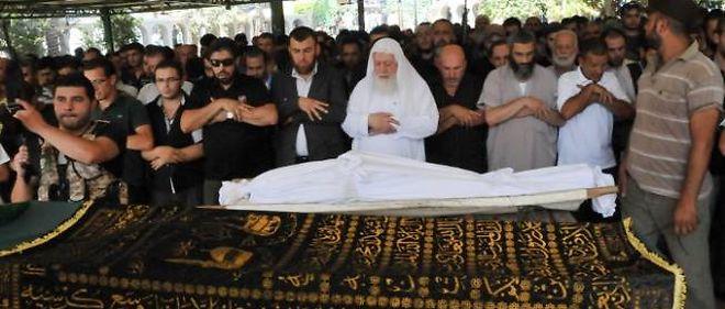 Les funérailles des victimes débutent au lendemain du double attentat à Tripoli, dans le nord du Liban.