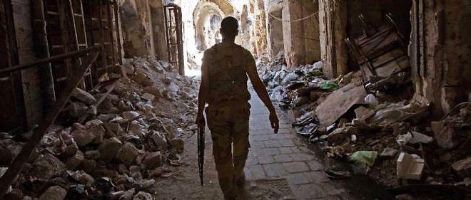 Dans la vieille ville d'Alep, un soldat tente de se frayer un chemin dans les ruines pour accéder à la mosquée des Omeyyades.