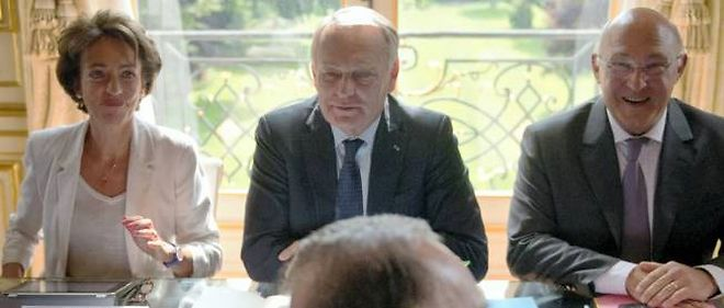 Marisol Touraine, Jean-Marc Ayrault et Michel Sapin, lors d'une réunion de consultation avec les représentants du Medef sur les retraites.