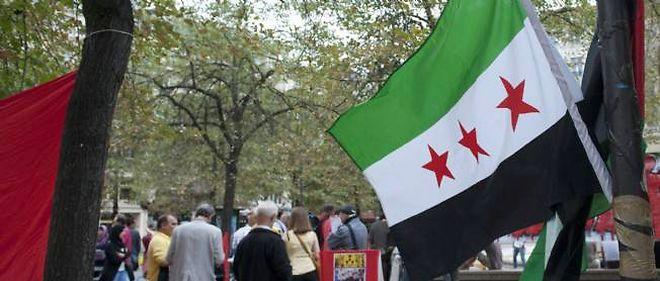 Des manifestants défilent sur une place parisienne contre les massacres en Syrie.