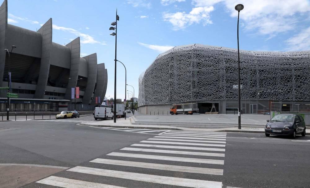 Le stade jean-Bouin, à droite, et le Parc des Princes, à gauche. JACQUES DEMARTHON / AFP
