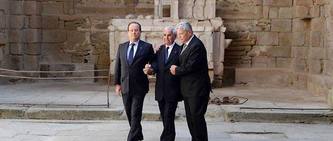 Le président français et son homologue allemand sont arrivés main dans la main avec Robert Hébras, l'un des derniers survivants du massacre perpétré par les nazis à Oradour-sur-Glane.