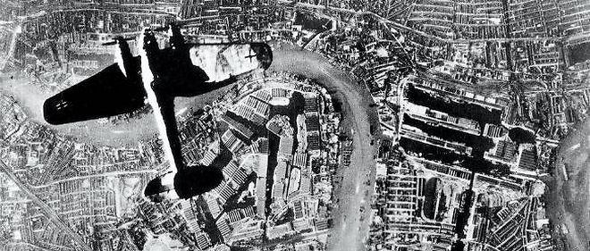 """""""Les nerfs des Londoniens sont solides ; le jour, rien ne paraît de leurs angoisses nocturnes et le travail continue partout"""", écrit l'aviateur René Mouchotte."""