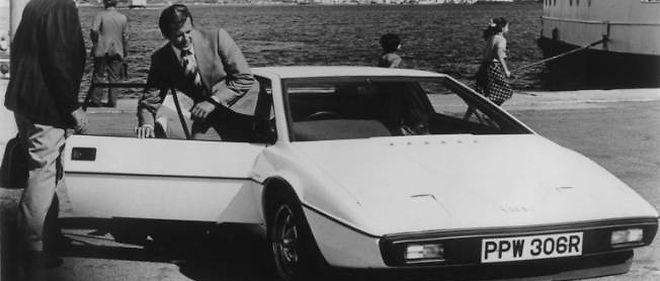 Roger Moore alias James Bond à bord de sa Lotus.