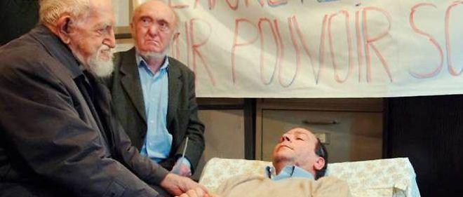 Albert Jacquard et l'abbé Pierre soutiennent un gréviste de la faim en 2005.