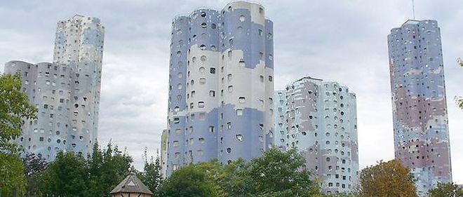 """La """"Cité des Nuages"""" à Nanterre avec ses 18 tours d'habitation et plus de 100 mètres de hauteur créées par Émile Aillaud en 1977."""