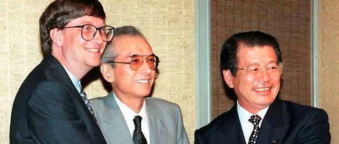 31adea18d0b505 Hiroshi Yamauchi, au centre, avec Bill Gates, à gauche. Depuis cette  rencontre