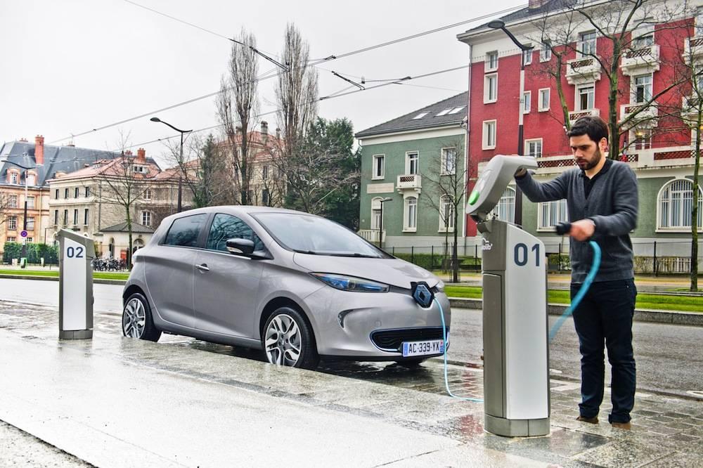 """Une voiture électrique comme la ZOE est décomptée comme n'émettant que 0 g/km et pourra être comptée deux fois dans la moyenne du constructeur qui la produit grâce au système du """"supercrédit"""" ©  RENAULT"""