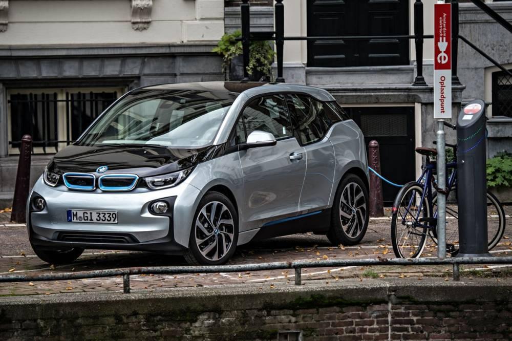 Si la BMW i3 émet 0 g/km de CO2 en version électrique pure, elle est décomptée comme en émettant 13 g/km lorsqu'elle est équipée du prolongateur d'autonomie thermique. ©  BMW