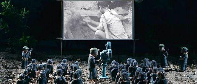 Des figurines de maison de poupée contre la fausseté des images de propagande : une confrontation criante de vérité...