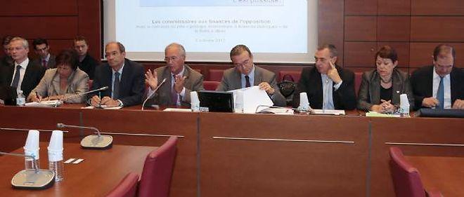 Les députés de l'UMP présentant leur contre-budget, jeudi matin à l'Assemblée nationale.