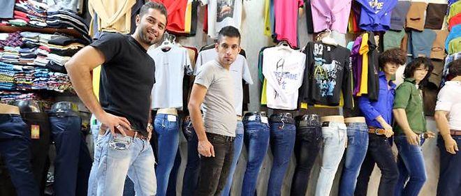 Deux jeunes Iraniens posent dans un magasin de jeans, au bazar de Tajrish, à Téhéran, le 7 octobre 2013.