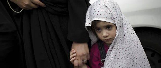 Photo d'illustration. Une jeune fille iranienne accompagne sa mère durant les funérailles de soldats tués au cours de la guerre Iran-Irak.