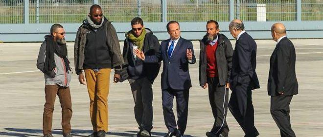 François Hollande, accueillant sur le tarmac de la base de Vélizy-Villacoublay les quatre otages d'Arlit.