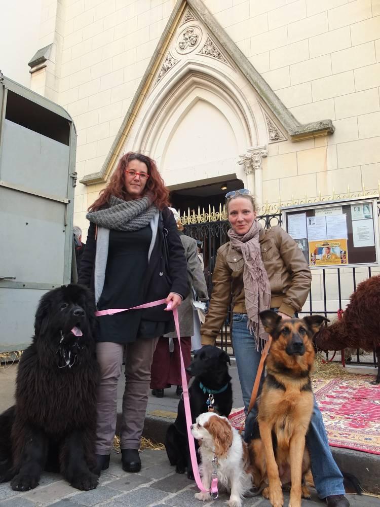 Laetitia et Julie ont amené leurs trois chiens à Sainte Rita