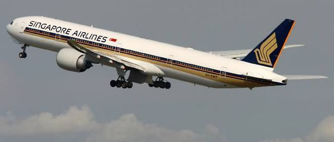 Un avion de Singapore Airlines peu apres le decollage.