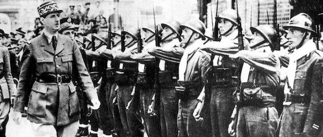 Le général de Gaulle passe en revue les premiers volontaires venus le rejoindre à Londres le 14 juillet 1940.