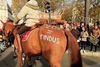 Les chevaux étaient eux-aussi coiffés d'un bonnet rouge lors de la manifestation parisienne du 11 novembre 2013. ©CITIZENSIDE/CHRISTOPHE HEROU