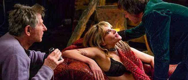 Roman Polanski dirige Mathieu Amalric, un metteur en scène dirigeant Emmanuelle Seigner.