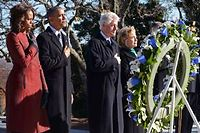 Michelle et Barack Obama, Bill et Hillary Clinton, mercredi, sur la tombe de JFK à Washington