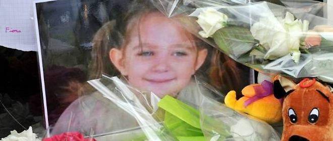 L'hommage des anonymes à la petite victime devant la maison où elle a vécu et où elle est morte.