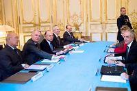 jean-Marc Ayrault aux côté de ses ministres et des syndicalistes, lundi pour le lancement de la concertation sur le système fiscal. ©FRED DUFOUR