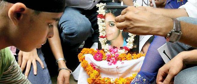 Des collégiens rendent hommage à Aarushi, assassinée dans sa chambre en mai 2008.