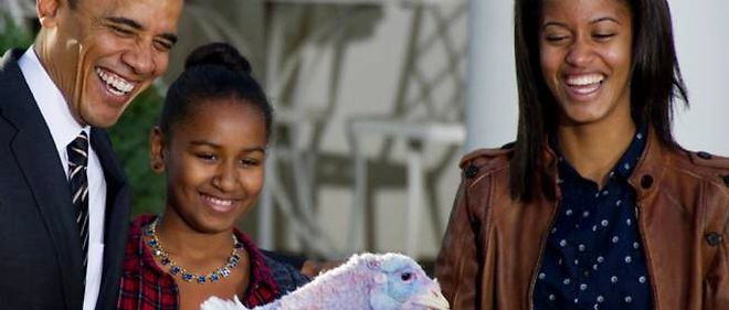 Barack Obama et ses filles Sasha et Malia dans les jardins de la Maison Blanche, le 21 novembre 2012