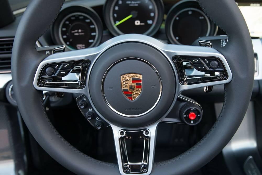 """L'équivalent du """"manettino"""" Ferrari se trouve autour de ce bouton rouge qui permet de sélectionner l'un des 5 modes de fonctionnement"""