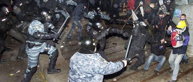 Les forces antiémeute dispersent violemment une manifestation d'opposants en Ukraine.