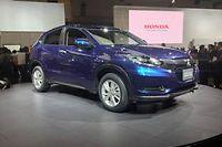 Le Honda Vezel est un SUV compact qui sera commercialisé dès le 20 décembre au Japon. Il n'arrivera en Europe qu'en 2015 en raison de retard dans la construction d'une nouvelle usine au Mexique.