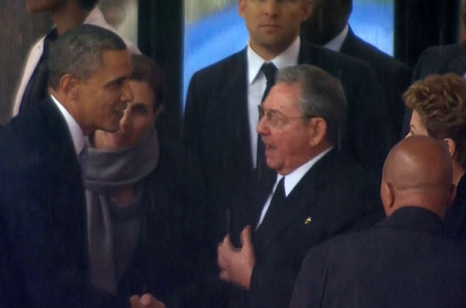 Obama et Castro se serrent la main lors de l'hommage à Mandela