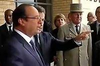 François Hollande cherche son avion à l'aéroport de Johannesburg. Nicolas Sarkozy le lui indique. ©Capture d'écran