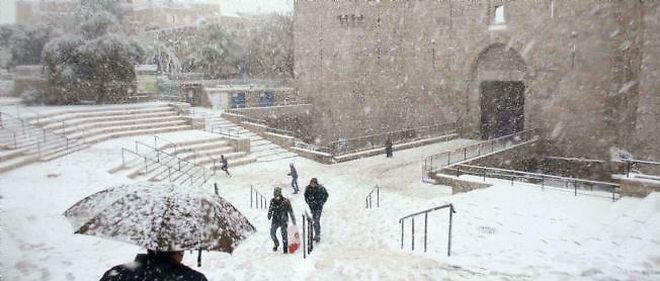 La porte de Damas sous la neige à Jérusalem, le 12 décembre 2013.